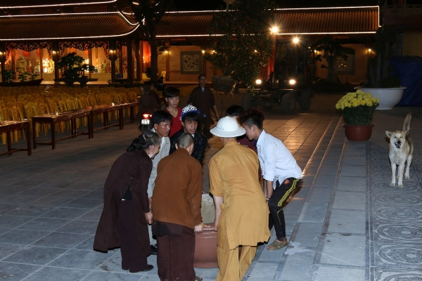 Tinh thần phụng sự của Chư Tăng và Phật tử công quả tại chùa.