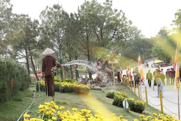 Phật tử chăm sóc cây và hoa trong khuôn viên bổn tự.