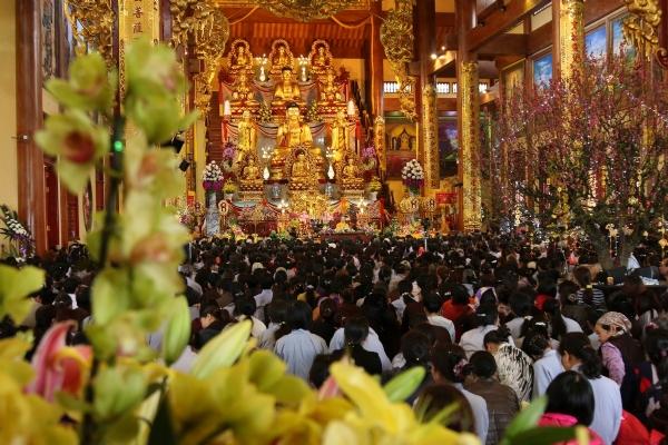 Hàng nghìn người về chùa nghe giảng trong lễ khai Pháp.