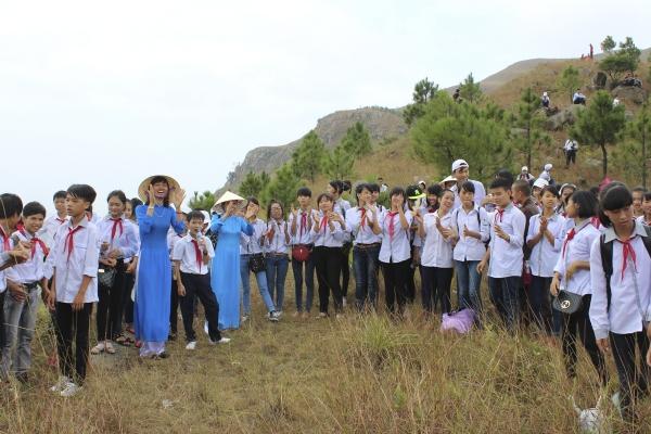 Thầy cô giáo và các bạn học sinh vô cùng hoan hỷ khi chinh phục đỉnh núi Ba Vàng.