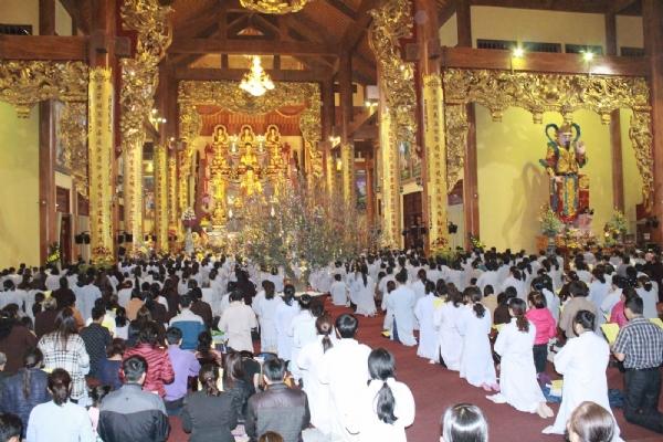Hàng ngàn Phật tử về chùa Ba Vàng nghe bài pháp lám thé nào đẻ mong cầu thành tựu.
