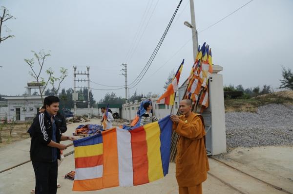 Chư Tăng Ni, Phật tử chùa Ba Vàng phụ giúp công tác chuẩn bị Đại lễ khánh thành chùa Diên Phúc.
