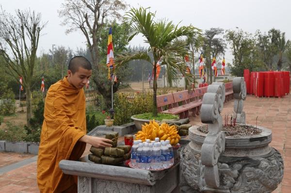 Chư Tăng chùa Ba Vàng phụ giúp công tác chuẩn bị cho Đại lễ khánh thành chùa Diên Phúc.
