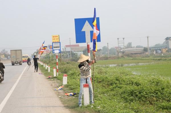 Cờ Phật giáo rợp hai bên đường đón chào nhân dân, Phật tử thập phương về dự lễ khánh thành chùa Diên Phúc.