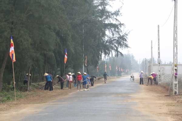 Nhân dân Phật tử địa phương dọn dẹp vệ sinh bên đường chùa Diên Phúc.
