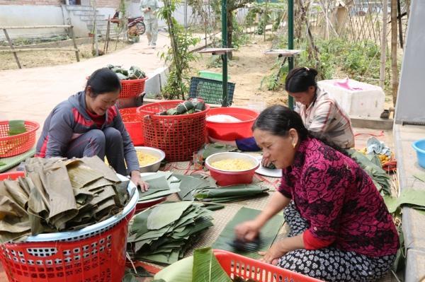Phật tử chùa Diên Phúc gói bánh chưng chuẩn bị cho Đại lễ khánh thành.