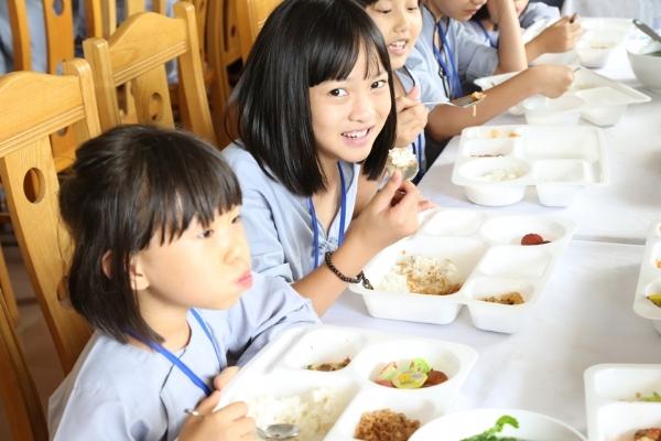 Bữa trưa đầy đủ dinh dưỡng để các bạn khóa sinh có đủ sức khỏe cho ngày tu học.