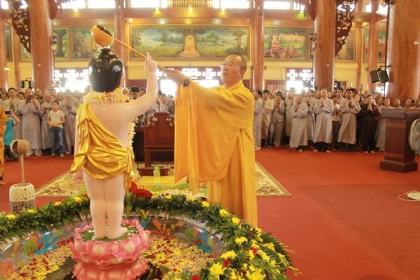 Thầy Thích Trúc Thái Minh thực hiện nghi thức tắm Phật.