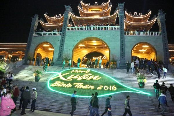 Cổng Tam Quan nội chùa Ba Vàng.