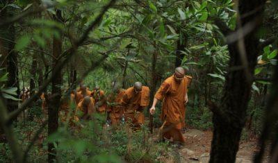 Đại chúng hoan hỷ theo Sư Phụ Thích Trúc Thái Minh chinh phục đỉnh núi Ba Vàng.