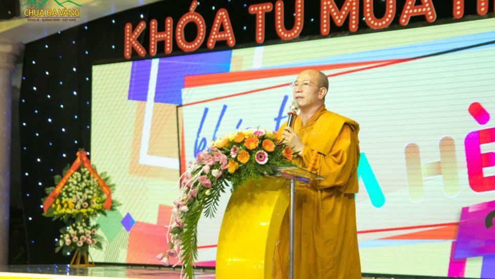 Sư Phụ Thích Trúc Thái Minh phát biểu trong buổi khai mạc khóa tu mùa hè.