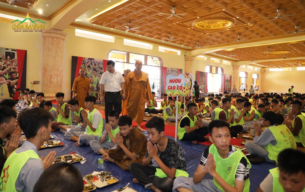 Đại Sứ Nguyễn Thanh Sơn rất ấn tượng về các em khóa sinh trong khóa tu mùa hè chùa Ba Vàng.