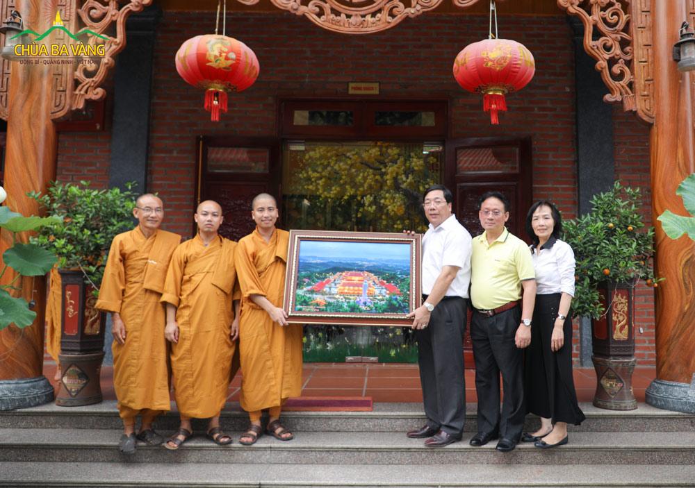 Bác Nguyễn Thanh Sơn chụp ảnh lưu niệm cùng Đại Tăng chùa Ba Vàng.