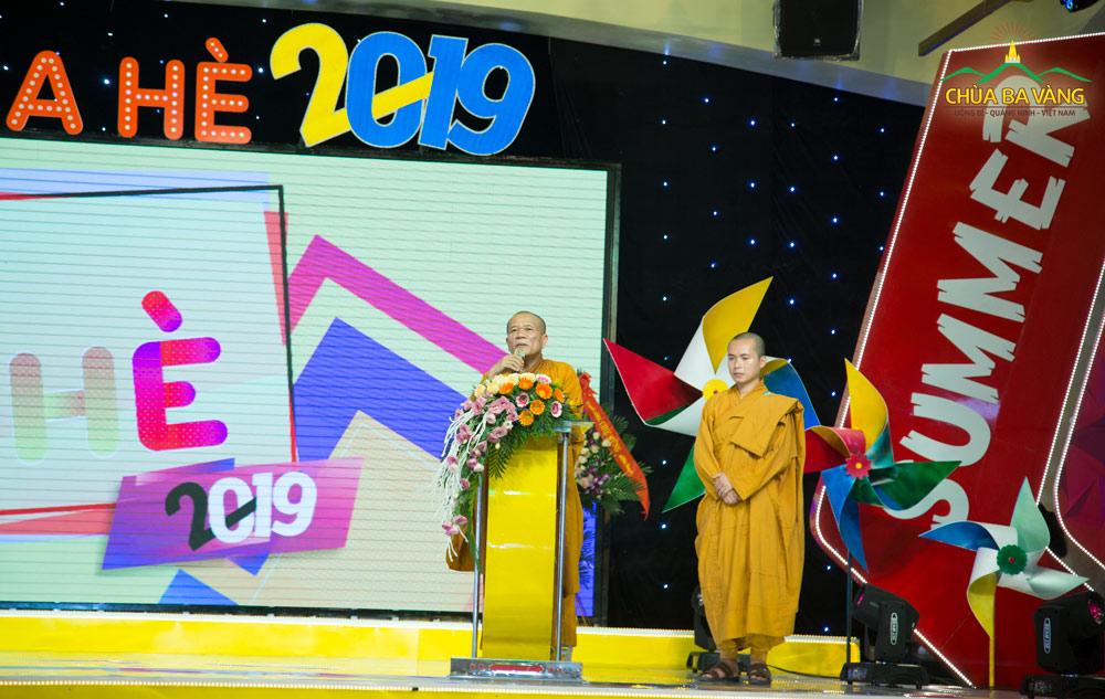 Thượng tọa Thích Đạo Hiển chia sẻ với các bạn khóa sinh khóa tu mùa hè chùa Ba Vàng.