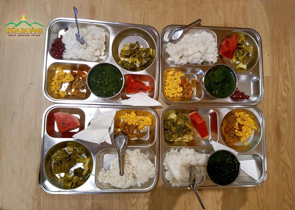 Bữa cơm chay đặc biệt tại chùa Ba Vàng.
