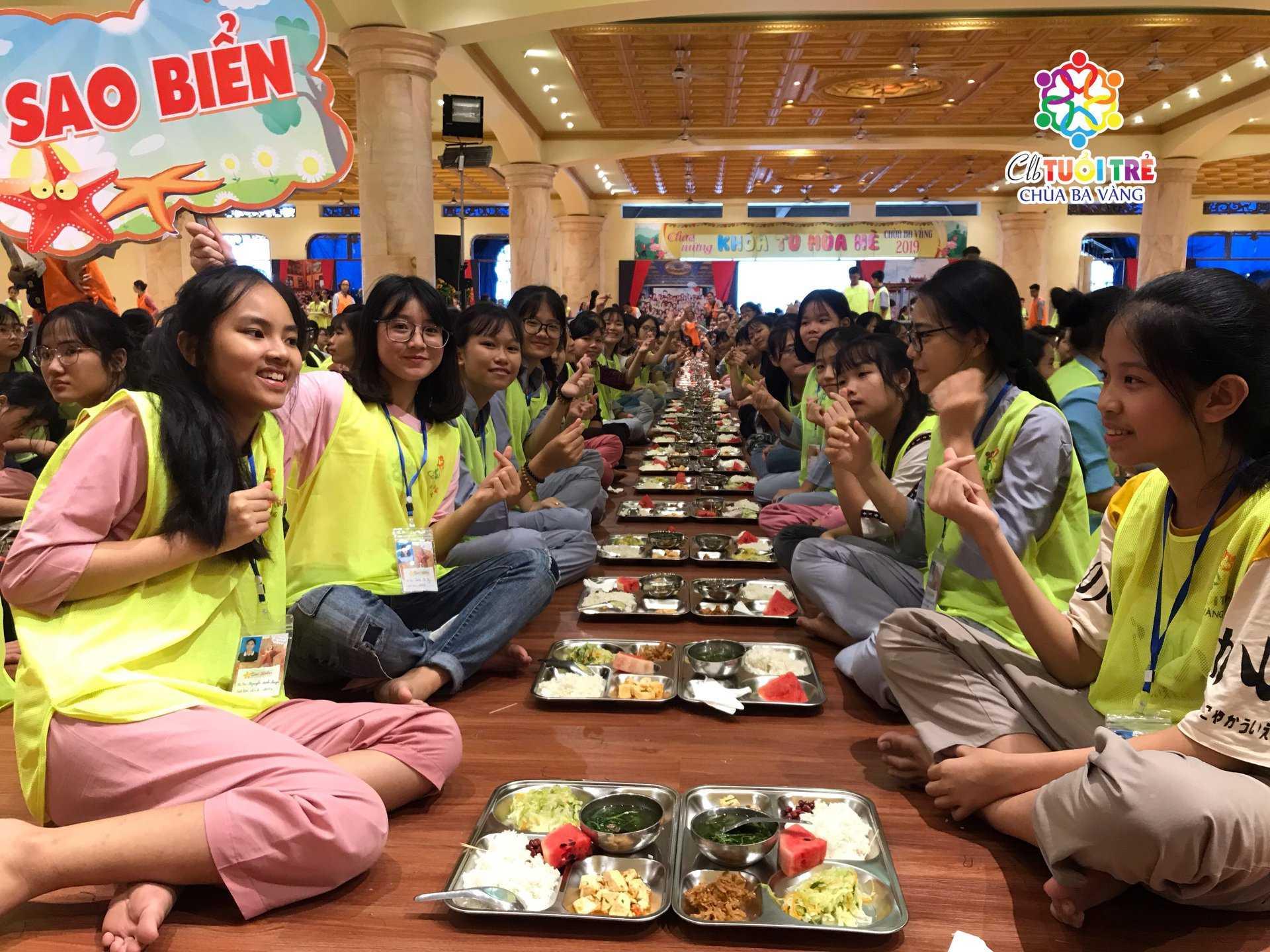 Khóa sinh nhóm Sao Biển vui vẻ với bữa cơm chay của mình