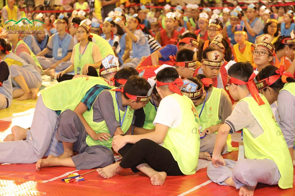 Tinh thần đồng đội trong cuộc thi rung chuông Ba Vàng.