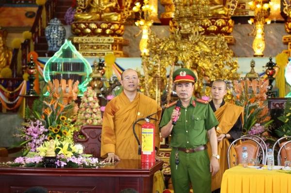 Đội trưởng đội phòng cháy chữa cháy hướng dẫn các Phật tử.