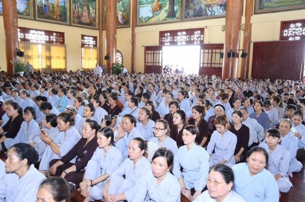 Hàng ngàn Phật tử chùa Ba Vàng cùng lắng nghe hướng dẫn về công tác phòng cháy chữa cháy.
