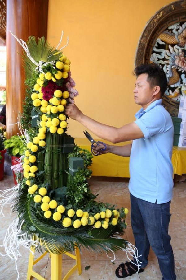 Những bông hoa cúc qua bàn tay khéo léo của các nghệ nhân đã trở thành những tác phẩm nghệ thuật đặc sắc.