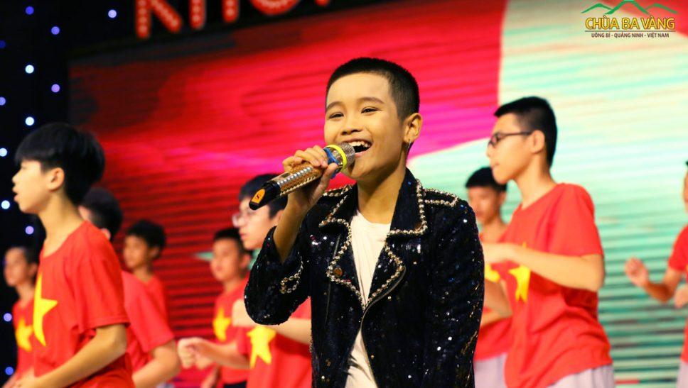 Quán quân giọng hát Việt nhí 2016 biểu diễn trên sân khấu Khóa tu mùa hè Chùa Ba Vàng 2019.