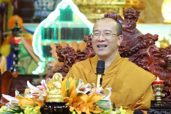Thầy Thích Trúc Thái Minh trong buổi giảng Pháp với chủ đề kinh Mi Tiên Vấn Đáp câu hỏi 22 - 24.