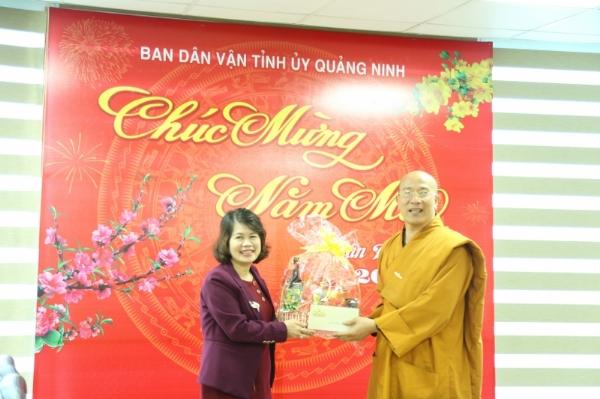 Thầy trụ trì Thích Trúc Thái Minh chúc tết lãnh đạo Ban Dân vận tỉnh Quảng Ninh.