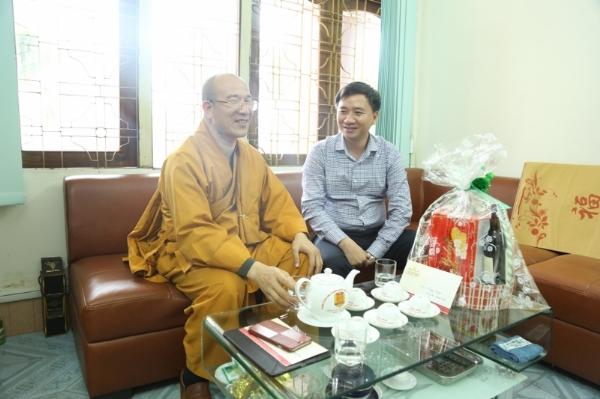 Thầy trụ trì Thích Trúc Thái Minh chúc tết lãnh đạo Phòng PA88 Công an tỉnh Quảng Ninh.