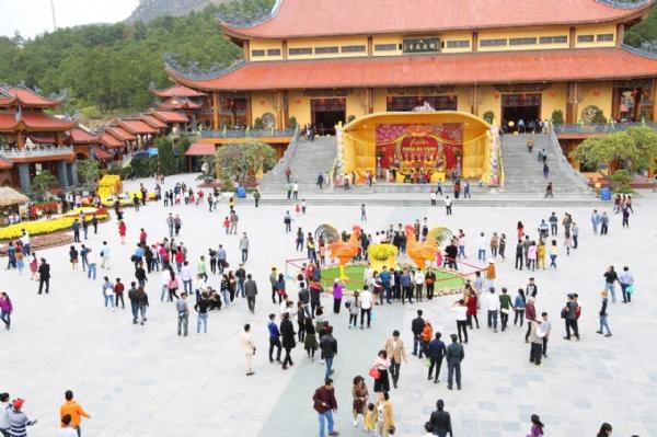 Hàng ngàn Phật tử về chùa Ba Vàng du xuân.