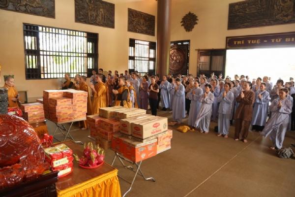 Chư Tăng và Phật tử chùa Ba Vàng.