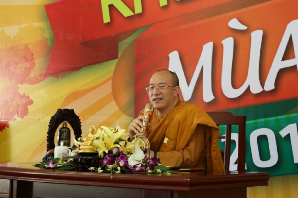 Thầy Thích Trúc Thái Minh trong buổi giảng Pháp cho các bạn khóa sinh.
