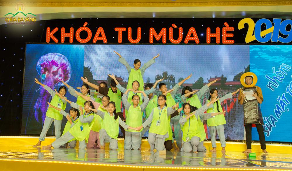 Tiết mục biểu diễn nhảy flashmob do các bạn khóa sinh thực hiện.