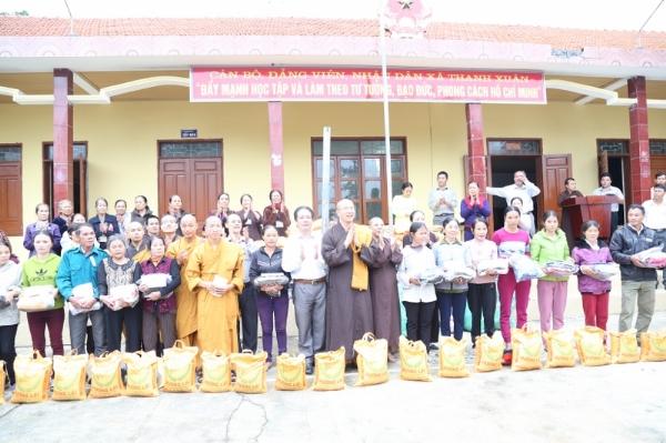 Chư Tăng chùa Ba Vàng thăm và trao quà động viên đồng bào miền Trung.