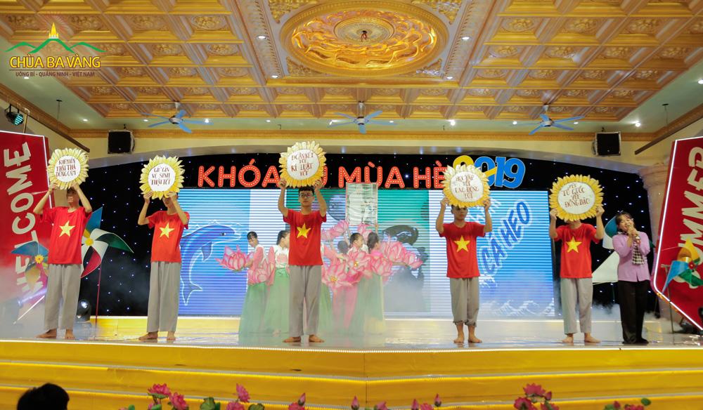 Các bạn khóa sinh nhóm Cá Heo với tiết mục nhớ ơn Bác Hồ Chí Minh