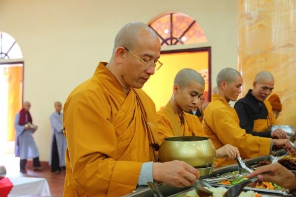Sư Phụ và chư Tăng chùa Ba Vàng khất thực trong buổi lễ tất niên.
