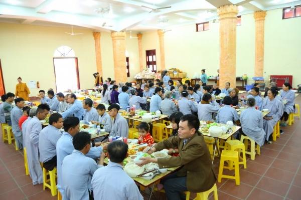 Phật tử hoan hỷ trong bữa cơm tất niên cuối năm tại chùa Ba Vàng.