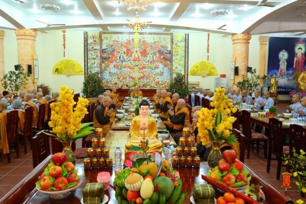 Bữa cơm tất niên của Tăng, Ni và Phật tử chùa Ba Vàng diễn ra thân mật và đầm ấm.