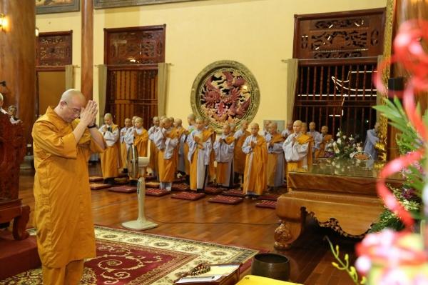 Thầy Thích Trúc Thái Minh niêm hương bạch Phật.