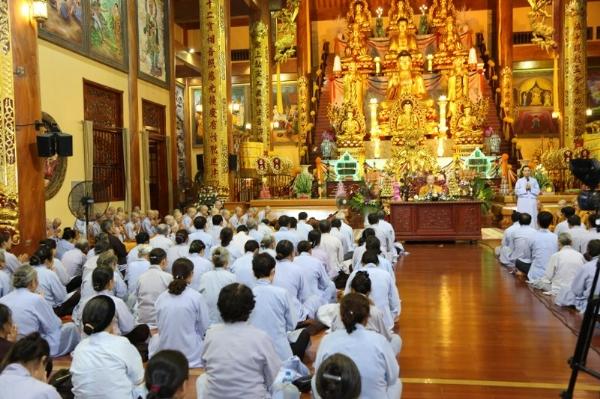 Phật tử đọc thơ cúng dường chư Tăng và đại chúng.