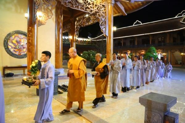 Phật tử các đạo tràng cung nghinh Sư Phụ.