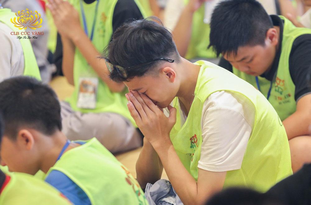Một bạn khóa sinh đã không kìm được xúc động khi nghe bài giảng của Sư Phụ