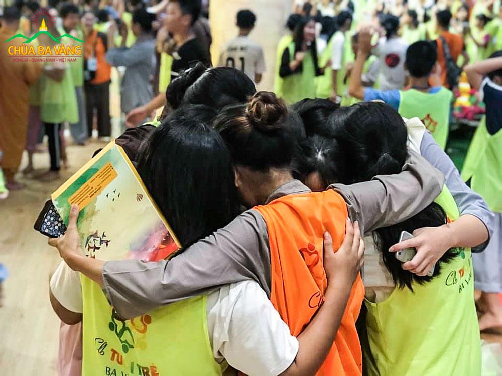 Tình nguyện viên và khóa sinh dành cho nhau những cái ôm thật chặt trong lễ bế mạc Khóa tu mùa hè
