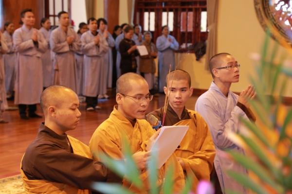 Đại đức Thích Trúc Bảo Triệu niêm hương bạch Phật.