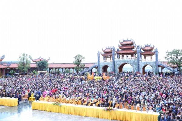 Nhân dân Phật tử vân tập về chùa Ba Vàng tham dự Lễ khai hội đầu xuân.