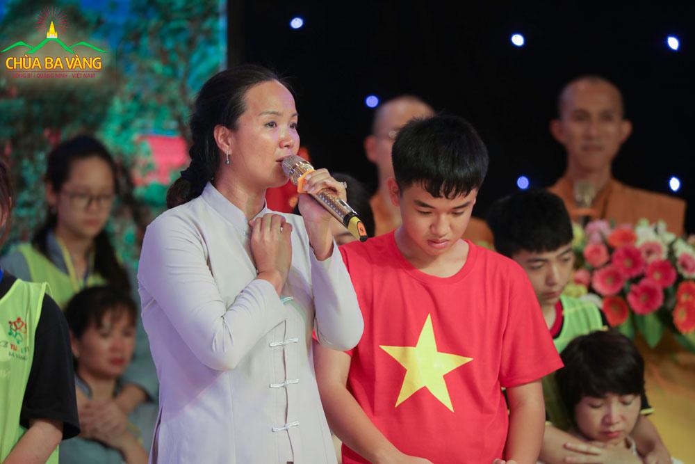Cô Trương Thị Nhài trải lòng khi dự Lễ rửa chân tại Khóa tu mùa hè lần 1 Chùa Ba Vàng