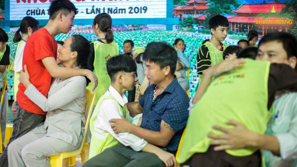 Cô Trương Thị Nhài và con trai tại Lễ rửa chân cho cha mẹ