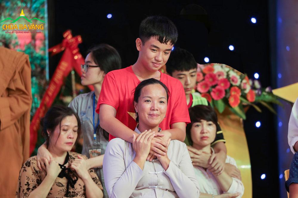 Em Trương Phúc Ân đã dành cho mẹ cái ôm thật ấm áp