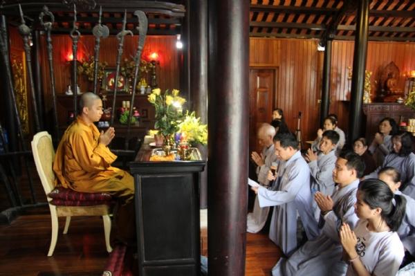 Đại diện Phật tử dâng lời tác bạch.