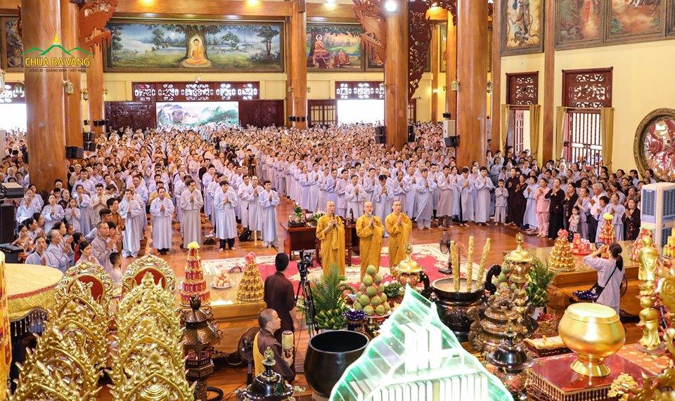 Hàng ngàn Phật tử về chùa tu học Bát quan trai giới