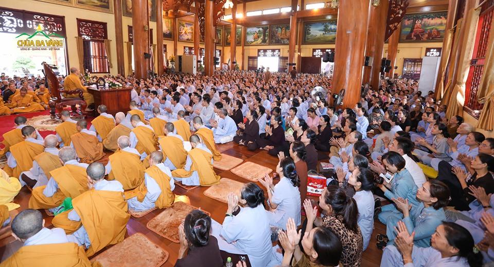 Đại chúng hoan hỉ khi được Sư Phụ truyền trao cho những bài giảng để làm hành trang trên bước đường tu nhân học Phật.